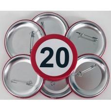 Broška s prometnim znakom za 20 let