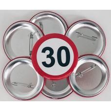 Broška s prometnim znakom za 30 let