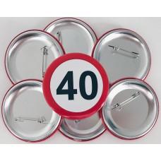 Broška s prometnim znakom za 40 let